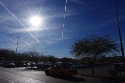 何故か飛行機雲がいたるところで見える
