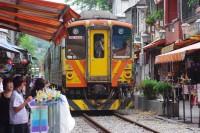 商店街の間を列車が走る